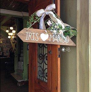 Plaquinha hang de madeira em formato de seta para casamentos e festas