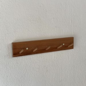 Cabideiro de parede em cedro e sem personalização