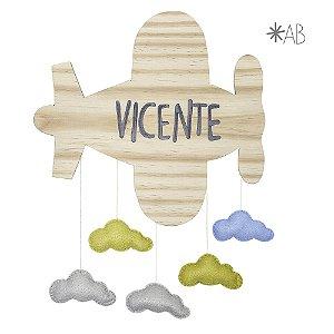 Avião de madeira com nuvens de feltro
