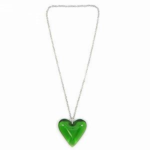 Colar Prateado Longo com Coração Verde