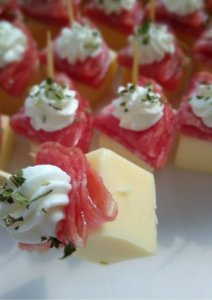 Palito de queijo, salamito e creme de iogurte