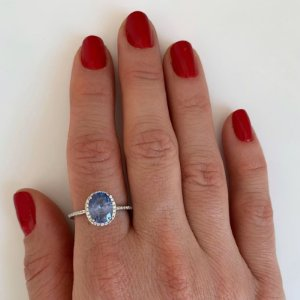 Anel oval cravejado tanzanita prata 925