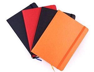 Caderneta tipo moleskine em material sintético com capa lisa,