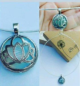 Choker folheado a prata + Pingente Folheado a prata envelhecida Flor de Lótus + Pedra ágata azul.