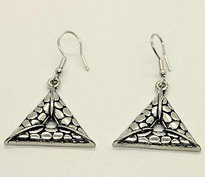 Brinco pirâmide Bali banhado a prata com pino em aço inox antialérgico.
