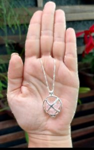 Corrente folheada a prata com pingente Chamadores de Anjo com pedra Quartzo Rosa colar com 35cm com 7 cm de extensor.