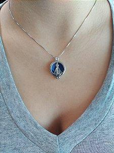 Caixa: 𝑵𝒐𝒔𝒔𝒂 𝑺𝒆𝒏𝒉𝒐𝒓𝒂 𝑨𝒑𝒂𝒓𝒆𝒄𝒊𝒅𝒂 folheada a prata com 07 pedras naturais .
