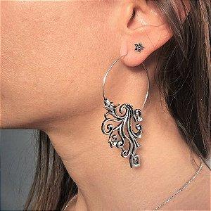 Brinco indiano Arabesco espiral banhado a prata em aço inox antialérgico.