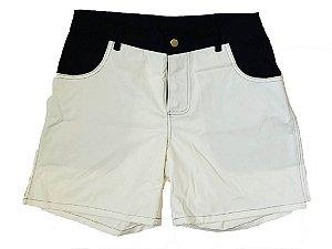 Shorts em sarja offwhite com jeans escuro