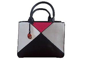 Bolsa preta com detalhes geométricos cores