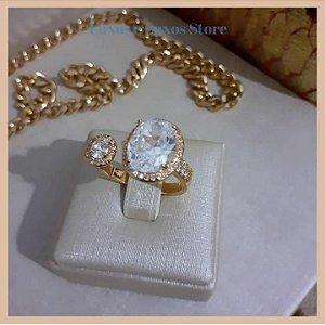 Anel com Duas Pedras Ovais de Zircônia Cristal e Micro Zircônia Cristal nos Detalhes - Banho Ouro 18K - Semijoia de Luxo