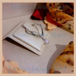 Anel Vazado com Fileira Cravejada com Zircônia Cristal e Pedra Gota Quartzo Rosa - Banho Ródio Branco - Semijoia de Luxo