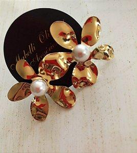 Brinco flor martelado dourado