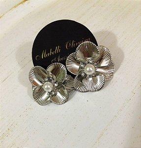 Brinco flor prata com mini perola