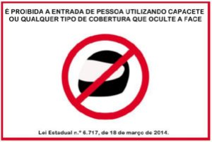 Placa - Proibida entrada com capacete - Lei Estadual 6.717/2014