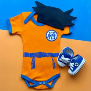 Kit Body Bebê Goku Dragon Ball Z com Touquinha Cabelo e Tênis