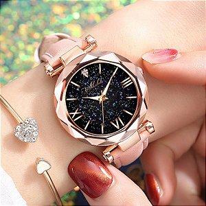 Relógio Feminino com Visor Céu Estrelado Números Romanos e Pulseira de Couro