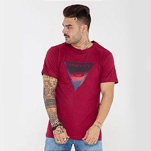 Camiseta Oakley Triângulo vermelha