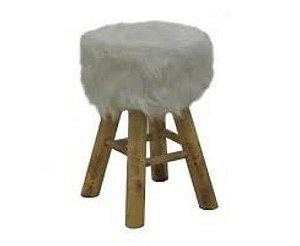 banqueta de pêlo branca com pés de madeira