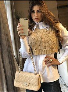 Blusa de manga comprida com broches que podem ser usados como brincos e colete de tricô