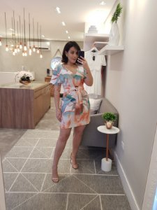 Vestido curto estampado com faixa