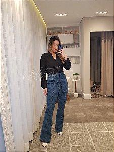 Calça jeans flare com recorte e faixa