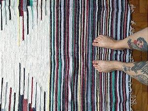 Tapete de bico branco e colorido