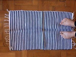 Tapetinho em malha listrada azul claro e branco