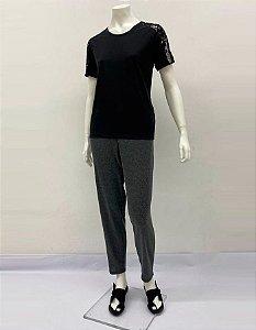 Blusa P.V. básica com ombros e manga curta em renda Flores