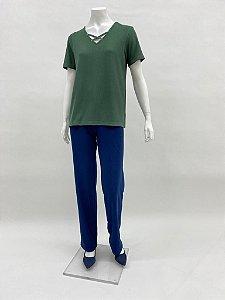 Blusa canelada reta decote V com aplicação manga curta