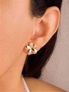 Brinco flor com uma pétala cravejada de zircônias