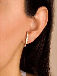 Brinco ear hook cravejado com ponto de luz de zircônia no meio