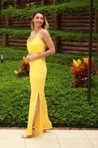 Macacão tropical amarelo com fenda