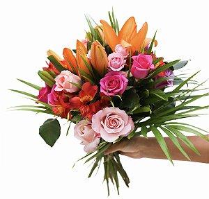 Bouquet tropical com rosas e lírios