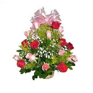 Cestinha redonda de rosas vermelhas e rosa