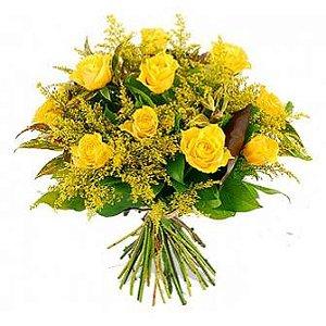 Bouquet de rosas amarelas com folhagens nobres