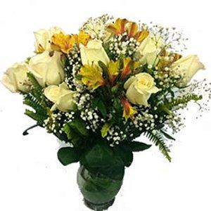 Jarra de Rosas Brancas com Astromelias