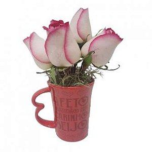 Flores de rosas na caneca