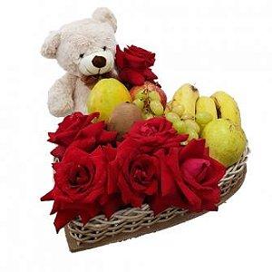 Coração de Rosas Vermelhas com pelúcia e frutas