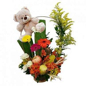 Ikebana de frutas com flores e urso