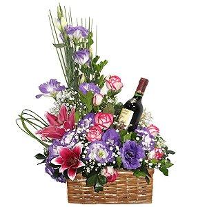Arranjo com flores finas e vinho
