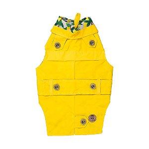 Trench coat pet amarelo com limão siciliano