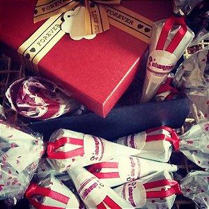 Caixa cartonada com mini cones e amanteigados ao choco belga