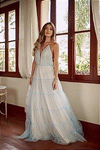 Vestido longo nude com tule azul em camadas