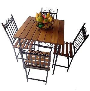 Jogo com mesa e cadeiras de ferro e madeira ripada