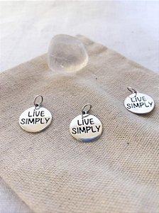 """Pingente Medalha """"Live Simply"""""""