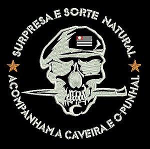 CAMISETA SURPRESA E SORTE NATURAL ACOMPANHA A CAVEIRA E O PUNHAL (NAVI MILITAR)