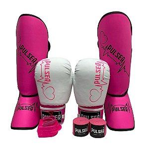 Kit Thai Luva de Boxe / Muay Thai 12oz PU + Caneleira 20mm + Bandagem + Bucal - Branco com Rosa Coração - Pulser