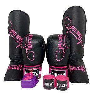 Kit Thai Luva de Boxe / Muay Thai 10oz PU + Caneleira 20mm + Bandagem + Bucal - Preto com Rosa Coração - Pulser