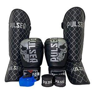 Kit Thai Luva de Boxe / Muay Thai 12oz PU + Caneleira 20mm + Bandagem + Bucal - Preto com Prata Caveira - Pulser